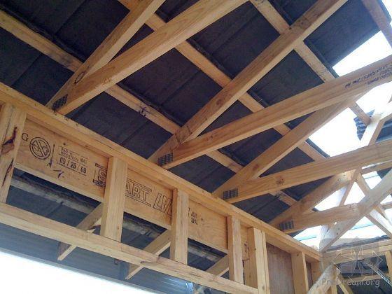 下部进行外墙体木结构框架外侧, 透潮,防水薄膜的粘贴施工.