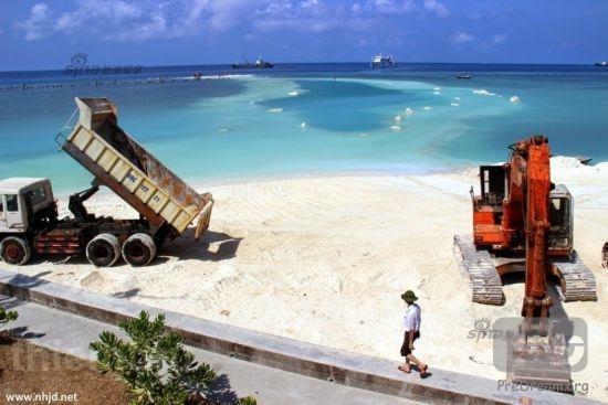 资料图:在南海地区,侵占我国岛礁最多的当属越南。共侵占了包括南威岛、景宏岛在内的共29个岛礁。不光侵占,越南方面还一直对部分小的礁盘进行扩建。图为被越南侵占的西礁正在进行扩建。西礁位于东经112度14分,北纬8度52分。是南沙群岛的一座珊瑚环礁。