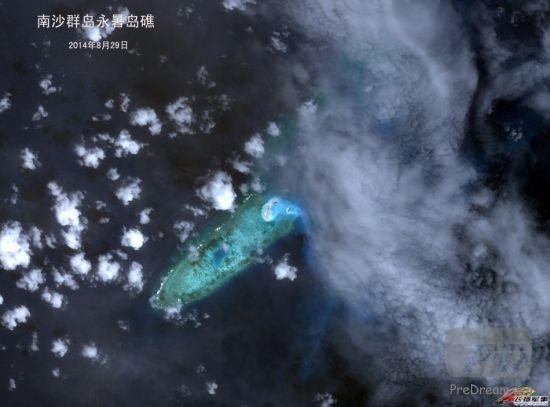 """资料图: 《简氏防务周刊》曾在6月19日报道,自动识别系统船舶实时跟踪公司(AISLive)的跟踪数据显示,""""天鲸号""""曾在2013年12月7日至14日以及2014年3月9日至18日造访永暑礁。该挖泥船负责南沙群岛其他地方的大部分拓恳工作。(图片来源:南海研究论坛)"""