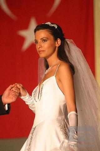 """土耳其第一美女: 叶利茨-恰勒什卡  叶利茨·恰勒什卡不仅贤惠,而且貌美绝伦,她曾是土耳其土耳其小姐,被称作""""土耳其第一美女""""。"""