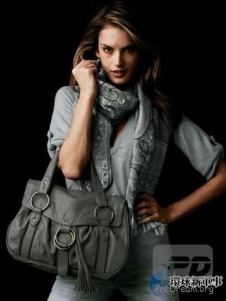 巴西第一美女:亚历山大·安布罗休  亚历山大·安布罗休(英文名:Alessandra Ambrosio,1981年4月11日—),巴西著名的模特和女演员。  英文名:Alessandra Ambrosio  全名:Alessandra Corine Ambrosio  生日:1981年4月11日  出生地:巴西国籍:巴西  眼睛颜色:棕色  头发颜色:深棕色  血统:意大利、波兰  身高:177.5 cm  三围:86-58.4-86 cm